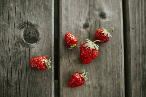 Ripe strawberries on wood - VBF00089