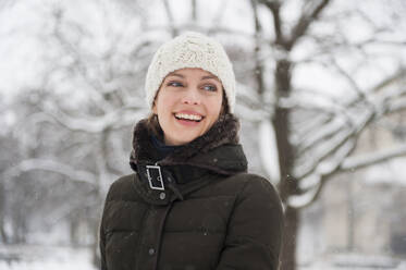 Portrait of laughing woman in winter - DIGF12028