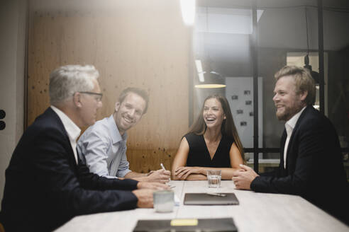 Team of business people having a meeting in office - GUSF03894