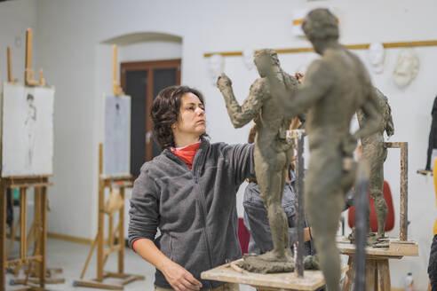 Female student forming sculpture - FBAF01566
