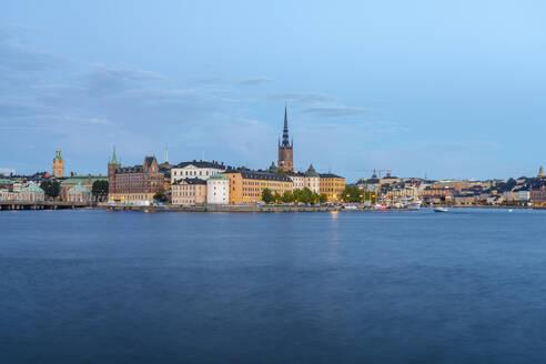 Sweden, Sodermanland, Stockholm, Riddarholmen and Malaren lake at dusk - TAMF02279