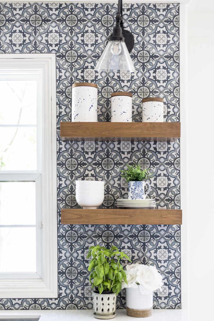 https www westend61 de en imageview cavf85590 modern farmhouse open kitchen shelves with patterned tile