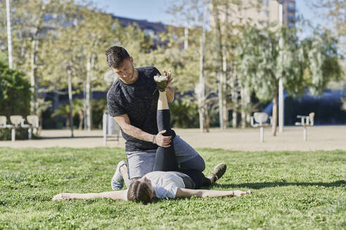 Woman during work out with coach in park - JNDF00188