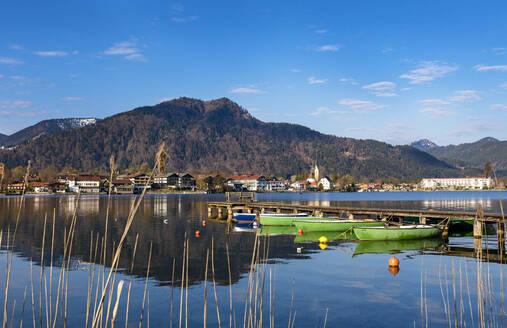 Germany, Bavaria, Rottach-Egern, Boats moored to lakeshore jetty - LHF00791