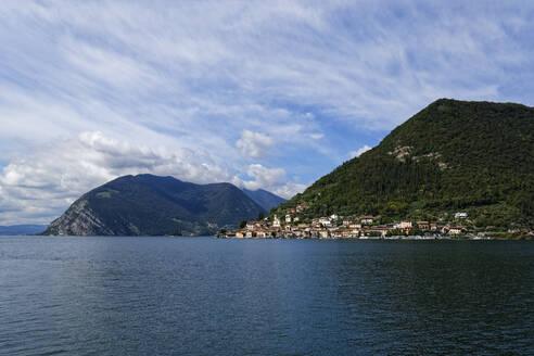 Italy, Lombardy, Monte Isola, Sulzano, LakeIseosurrounded with mountains - UMF00954