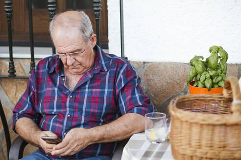 Senior man using smartphone - LJF01628