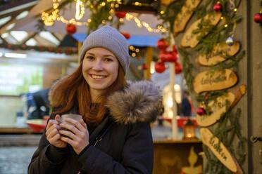 junge Frau mit Glühwein, Christkindlmarkt, Christkindlemarkt, Weihnachten, Bad Tölz, Oberbayern, Bayern, Deutschland, - LBF03131