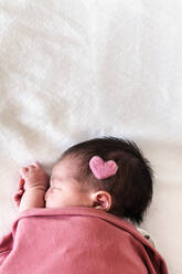 Newborn baby girl sleeping at hospital with pink heart. Barcelona, Spain - GEMF03910