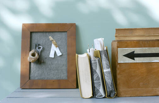 DIY bulletin board made of felt and picture frame, wooden box, book and document holders made of book covers - GISF00625