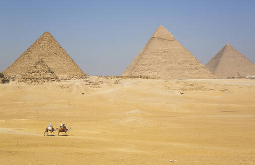 Tourists riding camels, Great Pyramids of Giza, UNESCO World Heritage Site, Giza, Egypt, North Africa, Africa - RHPLF15635