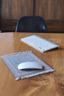 Wireless mouse, keyboard and mouse pad resembling small carpet - NGF00589