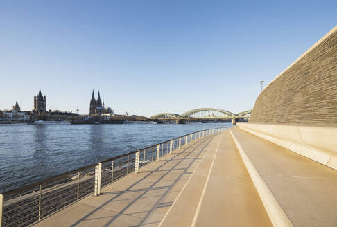 Germany, North Rhine-Westphalia, Cologne, Rheinboulevard with Hohenzollern Bridge and Cologne Cathedral in background - GWF06706