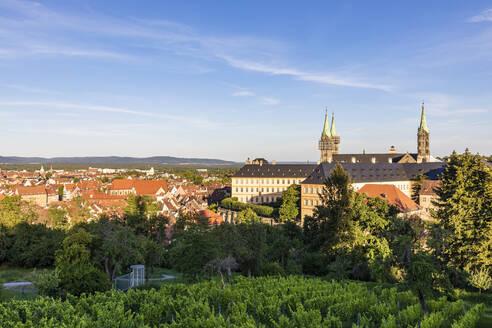 Deutschland, Bayern, Franken, Bamberg, Domberg, Bamberger Dom, Kaiserdom, Neue Residenz mit Rosengarten, Weinberge - WDF06161