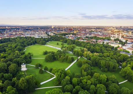 Englischer Garten mit Monopteros, Blick über die Altstadt, München, Luftbild, Oberbayern, Bayern, Deutschland - SIEF09998