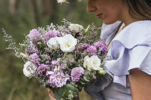 Woman holding fresh flower bouquet - DSIF00091