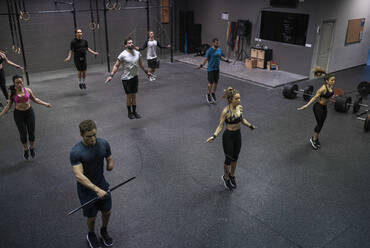 Group of people training with jumping rope in gym - SNF00564