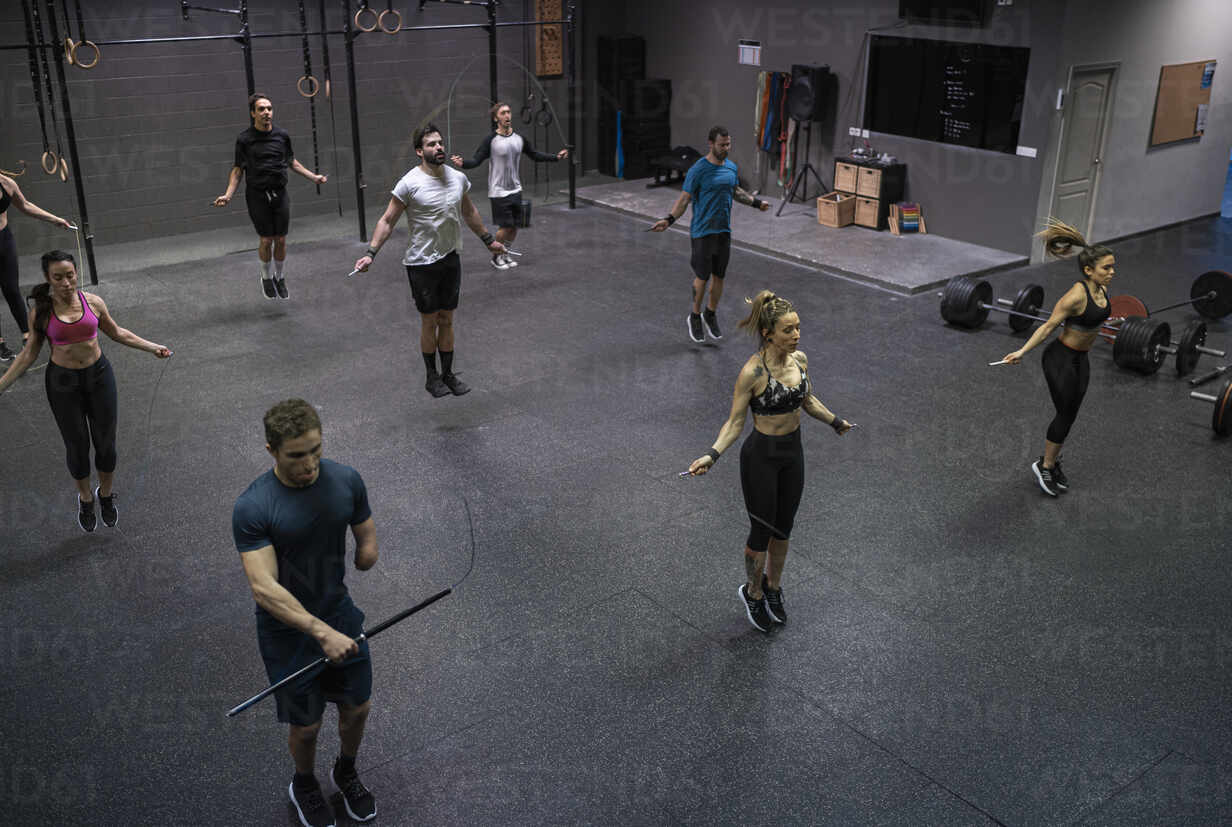 Group of people training with jumping rope in gym - SNF00564 - SERGIO NIEVAS/Westend61