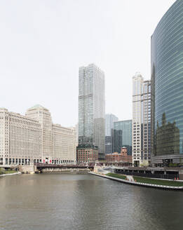 333 Wacker drive building by Chicago River in city, Chicago, USA - AHF00159