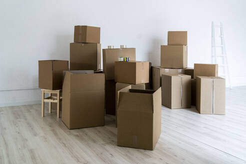Cardboard boxes on floor in living room - GIOF09680