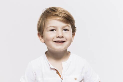 Cute boy against white background - SDAHF01007