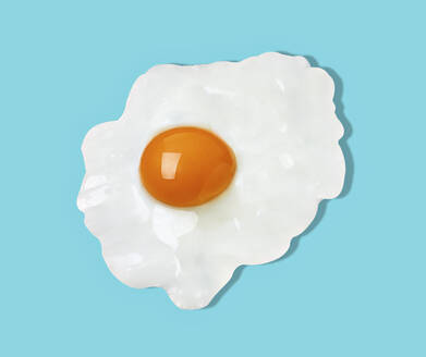 Fried egg against blue background - RAMF00101