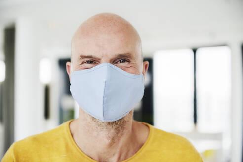 Man wearing protective face mask - FMKF06816