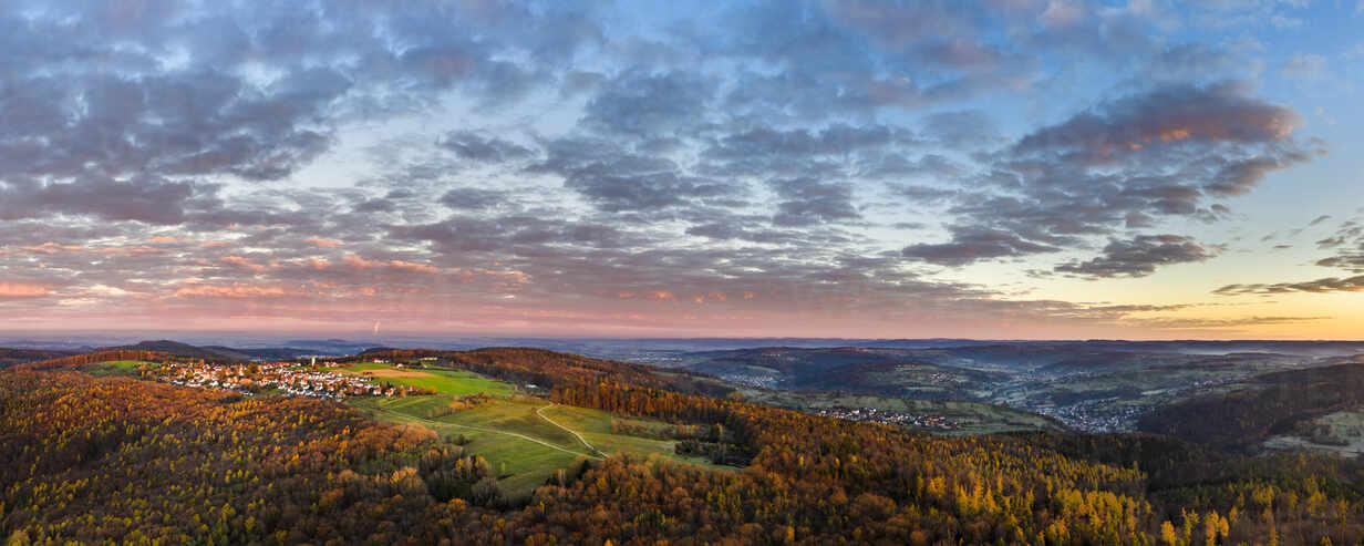 Deutschland, Baden-Württemberg, Drohnenansicht des Remstals in der Herbstdämmerung - STSF02718 - Stefan Schurr/Westend61