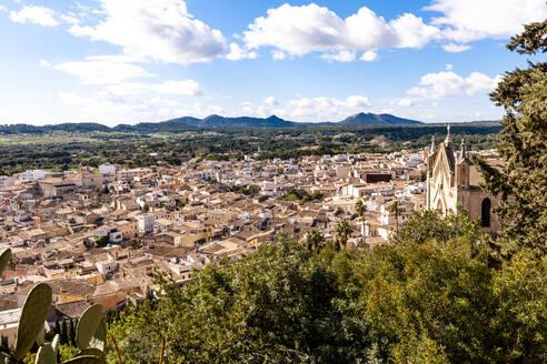 Spain, Mallorca, Arta, Old town in summer - EGBF00584