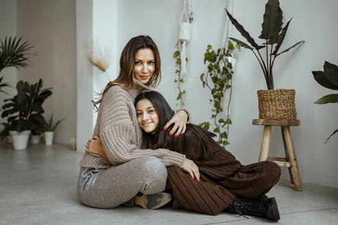 Spain, Valencian Community, Valencia. Portraits of a happy mother and daughter - RCPF00669