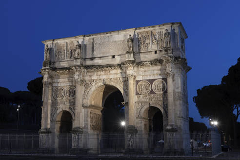 Italy, Rome, Arch of Constantine at night, ancient triumphal arch from AD 315, dedicated to Roman emperor Constantine the Great - ABOF00645