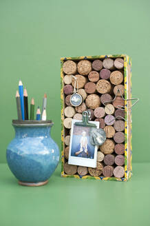 Vase with pencils and DIY bulletin board made of various corks - GISF00756