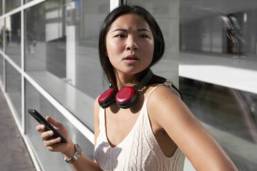 Stylish Asian woman in the city. Barcelona, Spain. - VEGF03946