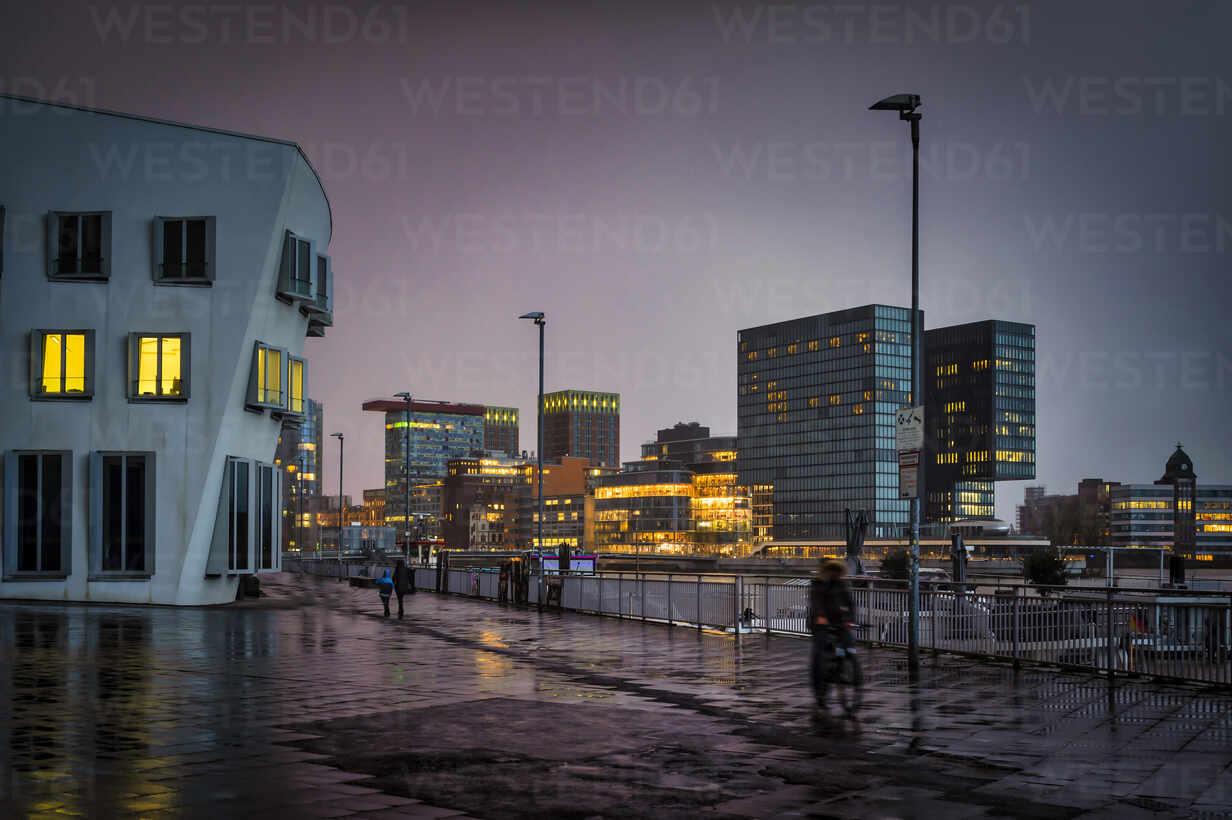 Hafenstraßein der Dämmerung bei Regen. Düsseldorf, Nordrhein-Westfalen, Deutschland - FRF00925 - Frank Röder/Westend61