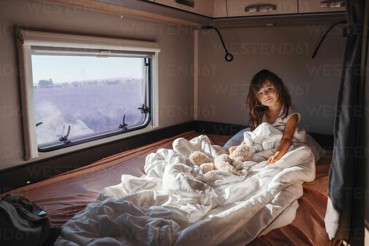 Porträt eines kleinen Mädchens im Bett liegend im Wohnmobil - GEMF04717 - Gemma Ferrando/Westend61