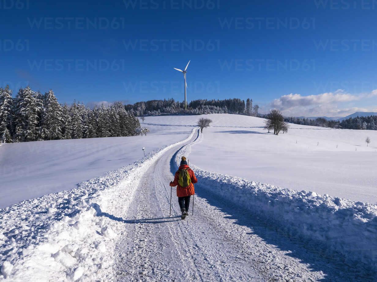 Deutschland, Schwarzwald, Freiamt, Blick zum Schillinger Berg mit Windrädern, Winter , Spaziergang - LAF02686 - Albrecht Weißer/Westend61