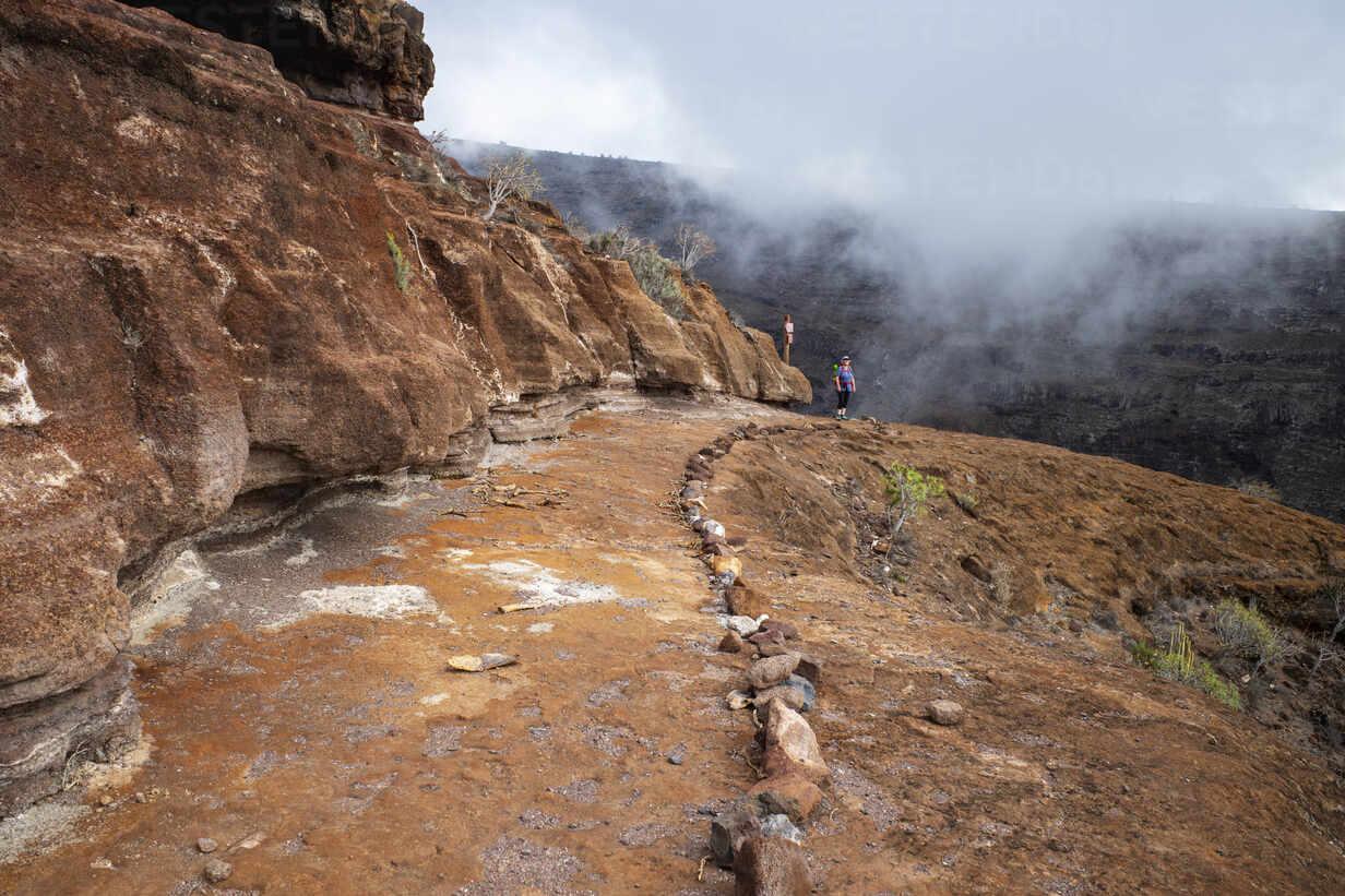 Frau auf Wanderweg, Barranco de la Negra, bei Alajero, La Gomera, Kanaren, Spanien - SIEF10121 - Martin Siepmann/Westend61