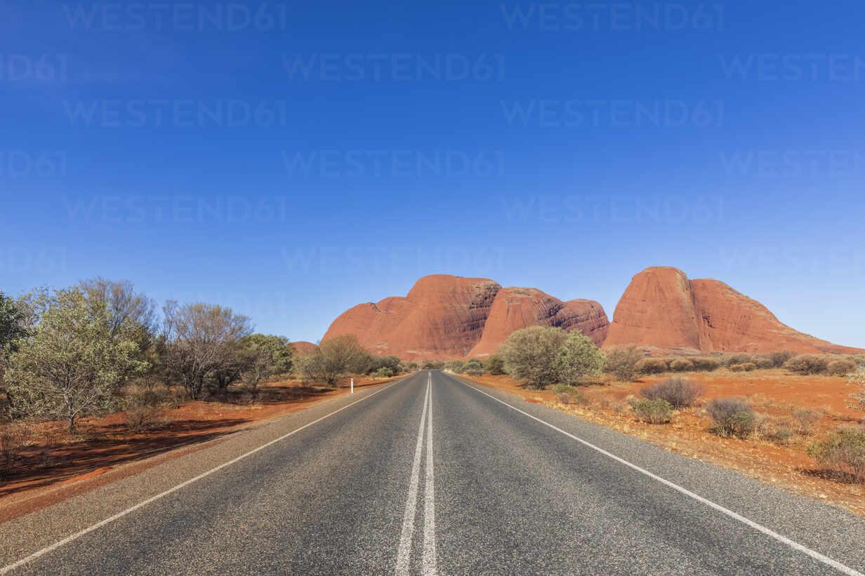 Australien, Ozeanien, Northern Territory, Zentralaustralische Wüste, Uluṟu Kata Tjuṯa Nationalpark, Kata Tjuṯa Road zu Kata Tjuṯa (die Olgas) - FOF12123 - Fotofeeling/Westend61