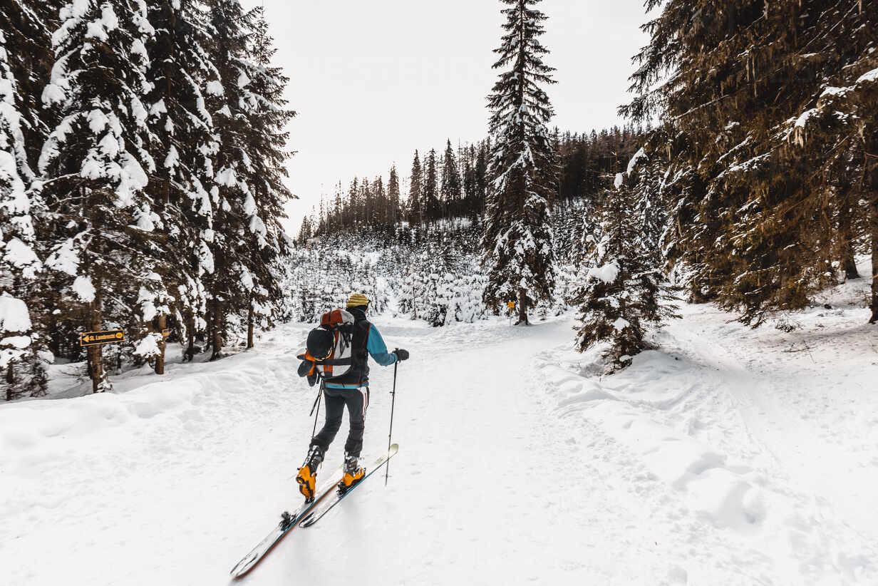 Senior man skiing on snow covered land during vacation - DAWF01773 - Daniel Waschnig Photography/Westend61