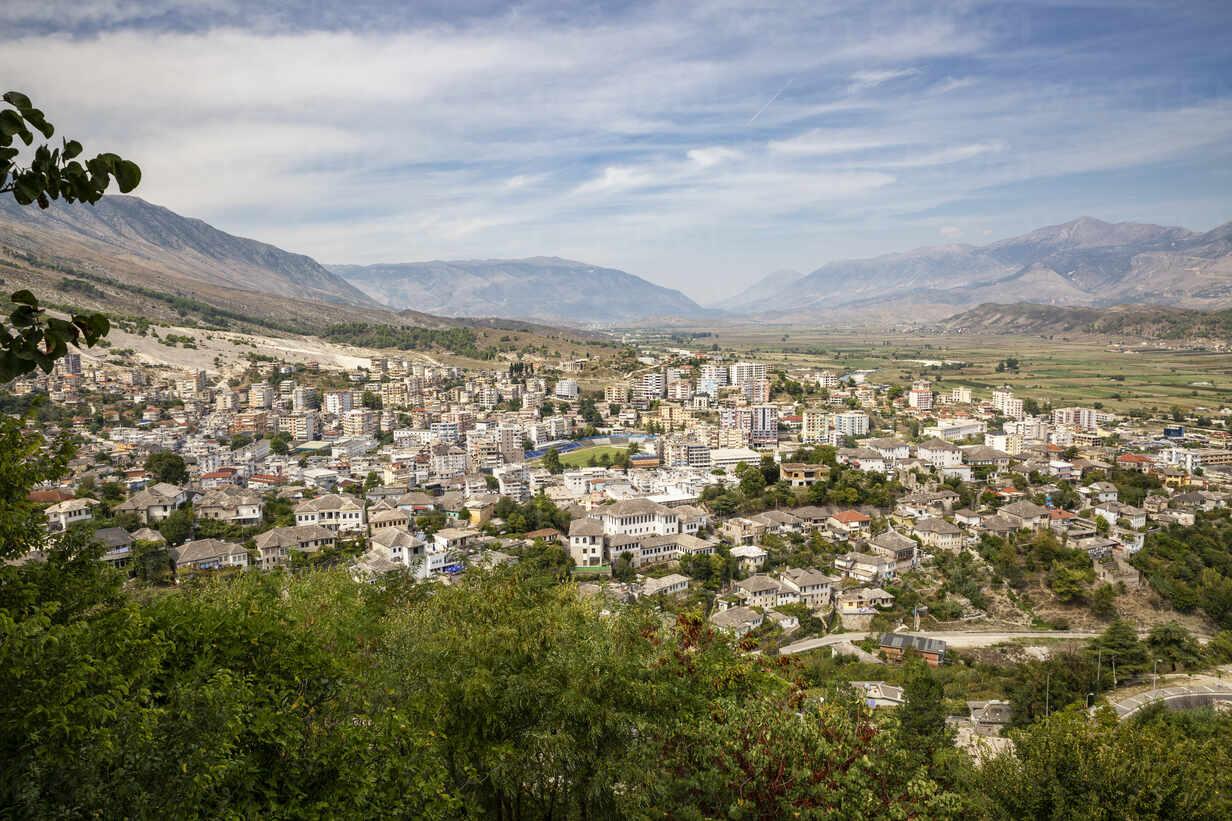 Altstadt gegen Wolkenhimmel bei Mali I Gjere, Gjirokaster, Albanien - MAMF01638 - Maria Maar/Westend61