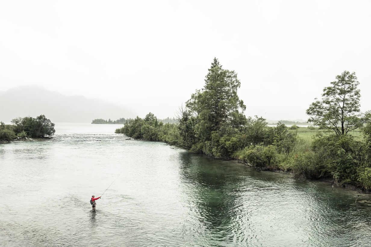 Fliegenfischer in der Loisach unterstrom des Kochelsee, Bayern, Deutschland * Flyfisher in the Loisach River at Kochel Lake, Bavaria, Germany. - WFF00452 - Wilfried Feder/Westend61