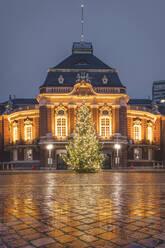 Deutschland, Hamburg, Laeiszhalle mit Weihnachtsbaum - KEBF01802
