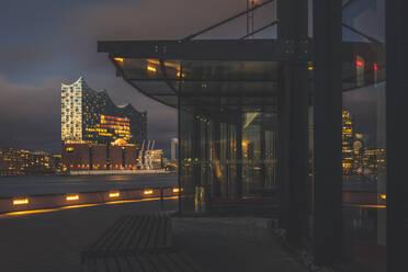 Deutschland, Hamburg, Blick von den Theatern über die Elbe auf die Elbphilharmonie - KEBF01814