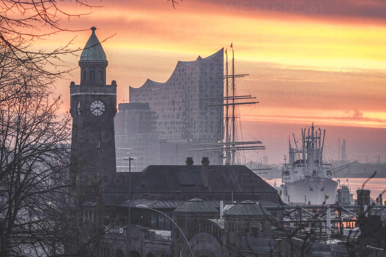 Deutschland, Hamburg, St. Pauli. Blick auf den Pegelturm und die Elbphilharmonie zum Sonnenaufgang - KEBF01817 - Kerstin Bittner/Westend61