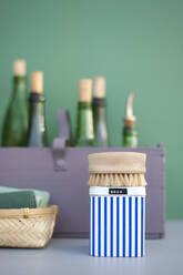 Deutschland - Hamburg - Altes Land - Frühjahrsputz, zero waste, DIY Putzmittel in grünen retro Flaschen, Putzbürste aus Holz, Putzlappen aus Baumwolle, Teedose mit Soda - GISF00766