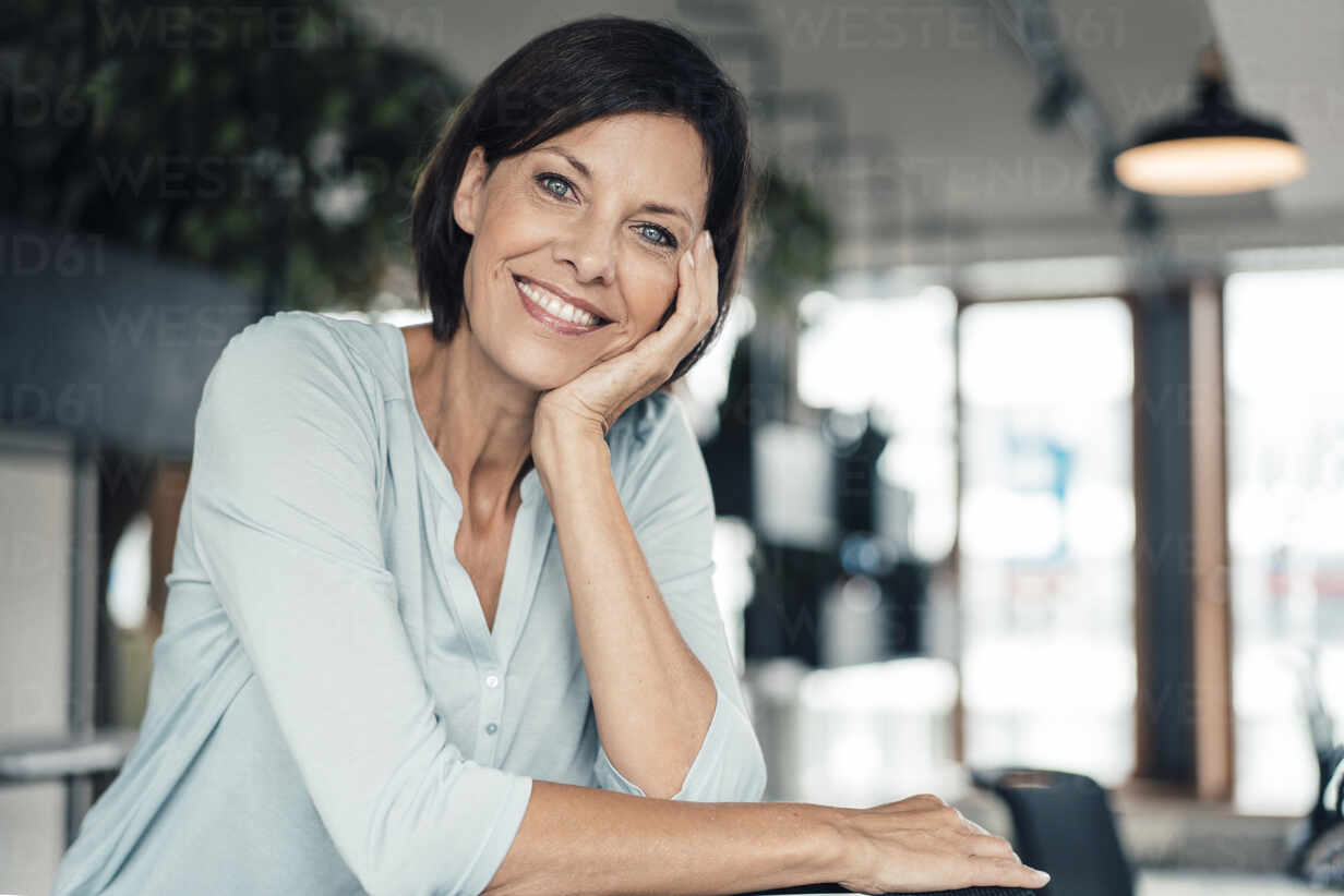 Smiling businesswoman at office - JOSEF03722 - Joseffson/Westend61