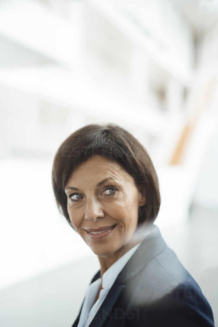 Confident businesswoman looking away at office - JOSEF03806 - Joseffson/Westend61