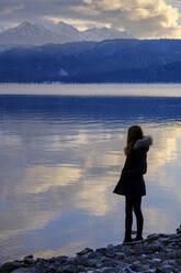 Mensch steht am Ufer, Walchensee im Winter, bei Urfeld, Oberbayern, Bayern, Deutschland - LBF03396