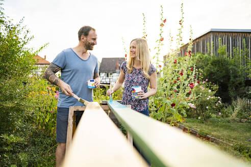 Deutschland, Hessen, Münzenberg, Paar arbeitet handwerklich im eigenen Garten, Eigenheim, Selbstverwirklichung, DIY, Handwerken, Beziehung, Holzarbeit - AKLF00086
