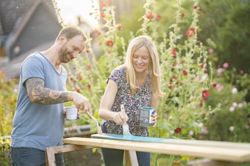Deutschland, Hessen, Münzenberg, Paar arbeitet handwerklich im eigenen Garten, Eigenheim, Selbstverwirklichung, DIY, Handwerken, Beziehung, Holzarbeit - AKLF00092