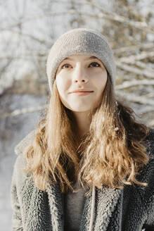 Deutschland, Brandenburg, Strausberg, Portrait von einem Mädchen in verschneiter Winterlandschaft - OJF00419